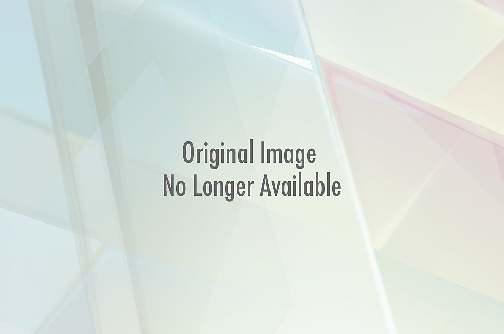 http://wac.450f.edgecastcdn.net/80450F/1025kiss.com/files/2011/01/tom_hardy_shirtless_4.jpg